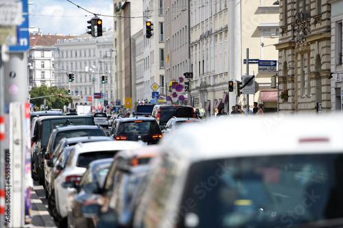 Verkehrsstau vor einer Ampel in der Wienzeile in Wien, Österreich, Europa Fototapet
