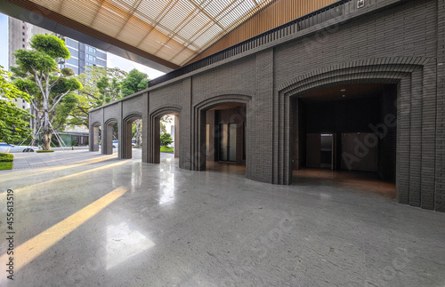 Foto Modern archways and tile floors form the space