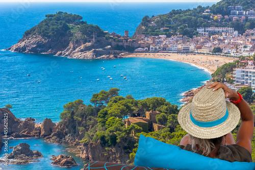 Femme au chapeau contemplant la baie de Tossa de Mar, Costa Brava, Espagne Fotobehang