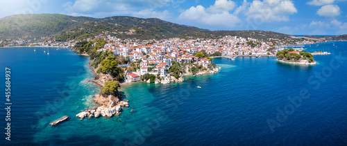 Fotografiet Panoramic view to the harbor and town of Skiathos island, Sporades, Greece, with