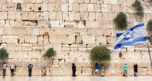 Foto Jerusalem, Israel - September 7, 2021 -Jewish orthodox believers reading the Torah and praying facing the Western Wall, also known as Wailing Wall in the old city in Jerusalem, Israel