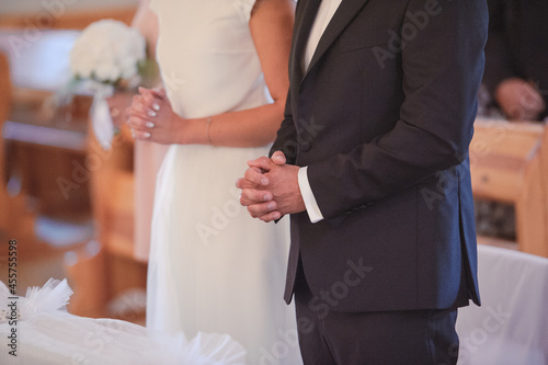 Foto Bride and groom at church wedding during ceremony