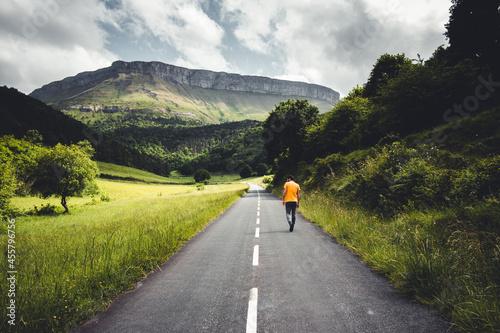 Canvastavla Un hombre camina por una carretera en el Valle de Ayala