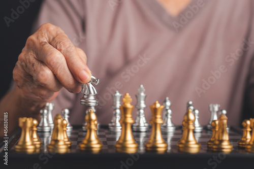 Foto Senior woman playing chess board game for relaxing