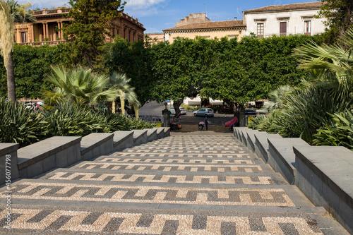 Zdobnicze schody. Wyjście z parku.  Mozaikowy chodnik.  #456077798