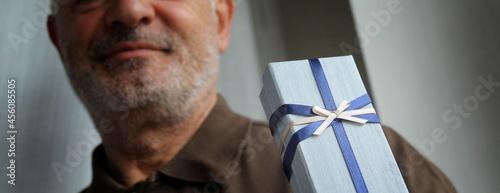 Fotografie, Tablou Pacchetto regalo nelle mani di una persona