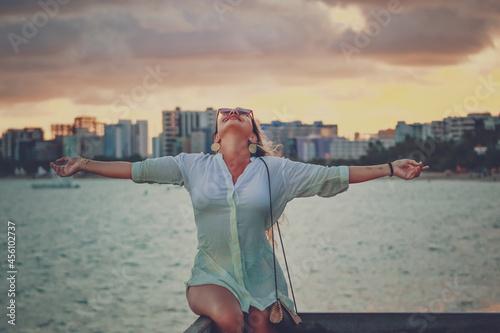 Photo Mulher de braços abertos  no por do sol