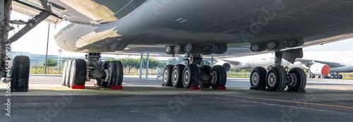 Fotografia, Obraz Train d'atterrissage d'un avion sur le tarmac.