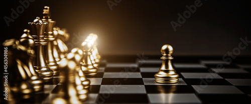 Foto Close-up chess standing first in line teamwork on chess board concepts of business team and leadership strategy and organization risk management or team player