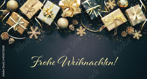 Fotografie, Obraz Weihnachtsdekoration mit goldenen Geschenkboxen, Weihnachtskugeln und deutschen
