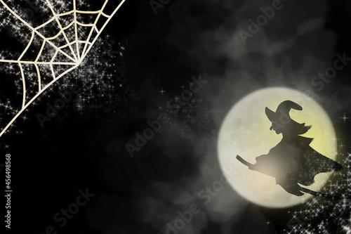 金色のキラキラした蜘蛛の巣と魔女のシルエット/ハロウィンの背景画像 Fototapet