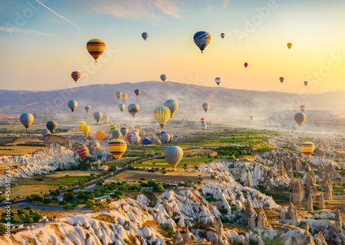 Fotografiet Hot air balloons at sunrise