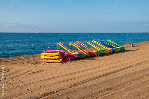 Canvas Colourful waterslides on an empty beach in Costa brava