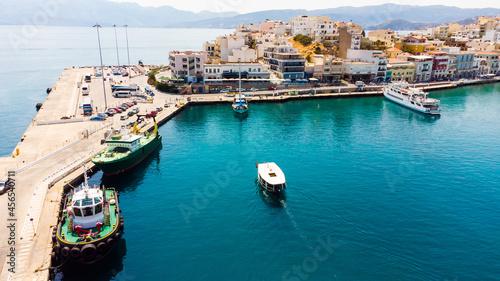 Foto Agios Nikolaos embankment in Crete, Greece.