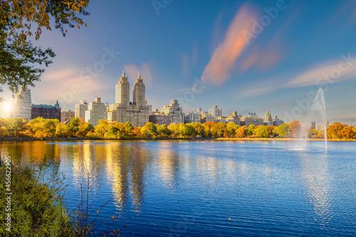 Carta da parati Central Park in autumn  in midtown Manhattan New York City