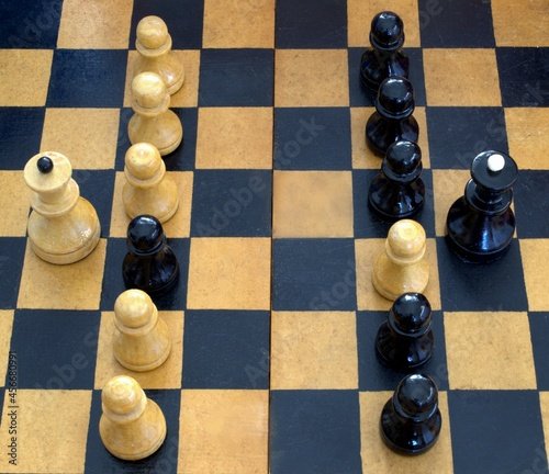 Fotografia On the chessboard, the pawns stand in a row, closing the queen