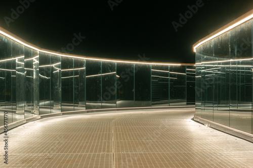 Fotografia Observation deck illuminated at night