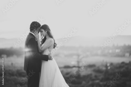 Foto Romantic wedding moment, couple of newlyweds smiling portrait, bride and groom h