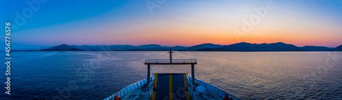 Fotografie, Obraz Panorama du Lever de Soleil sur la mer ionienne vu depuis le ferry
