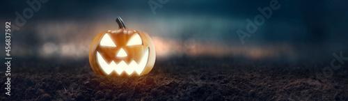 Fotografie, Obraz Jack O 'Lantern with creepy glowing eyes on Halloween night
