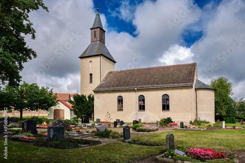 Obraz na plátně Denkmalgeschützte Dorfkirche Fresdorf mit Westturm und halbrunder Apsis, Ansicht