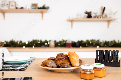Canvastavla Kitchen table with cookies on plate and honey jars
