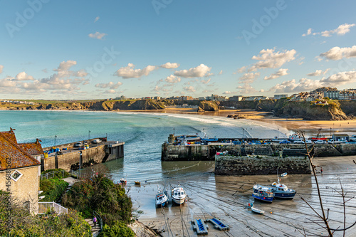 Carta da parati The harbour, Newquay, at low tide on a bright late summer day