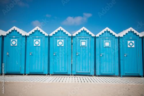 cabines bleues de bain sur une plage Fototapeta