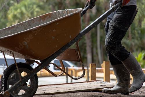 Billede på lærred worker with wheelbarrow