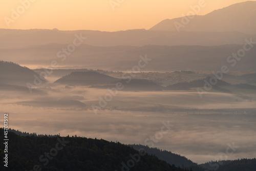 Pieniny we mgle o wschodzie słońca widok z Turbacza na Pieniny i dolinę Dunajca