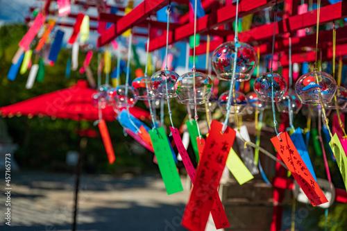 夏の風物詩 風に揺れる涼感あふれる風鈴 Fototapet