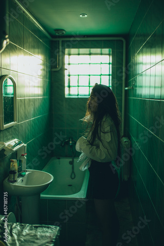 Fotografie, Obraz Fille dans la salle de bain