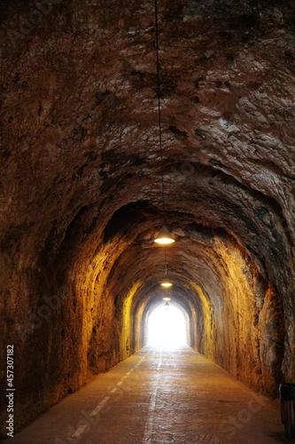 Túnel con camino simetría Fototapet