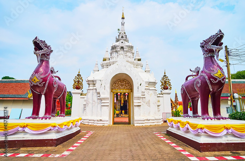 Obraz na plátně The ornate gate and Singha lions of Wat Phra That Hariphunchai Temple, Lamphun,