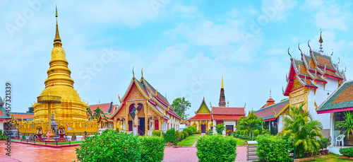 Obraz na plátně Panorama with chedi and shrines of Wat Phra That Hariphunchai Temple, Lamphun, T