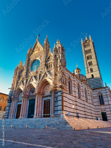 Fototapeta premium Beautiful view of Famous Piazza del Duomo with historic Siena Cathedral, Tuscany, Italy