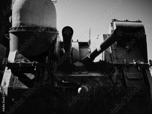 Canvastavla Picture of the gun turret of an old military cruiser.