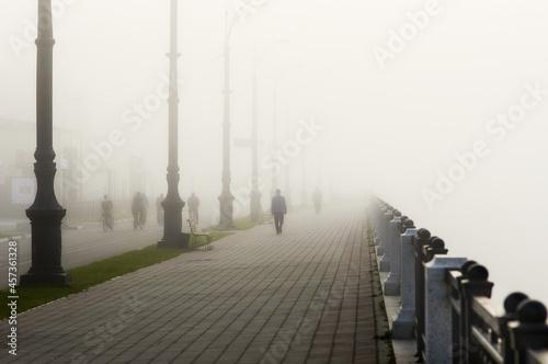 Fotografiet Thick fog on the Amur river embankment