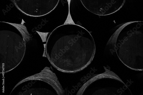 Fotografia botas de vino en una bodega para la crianza de vino
