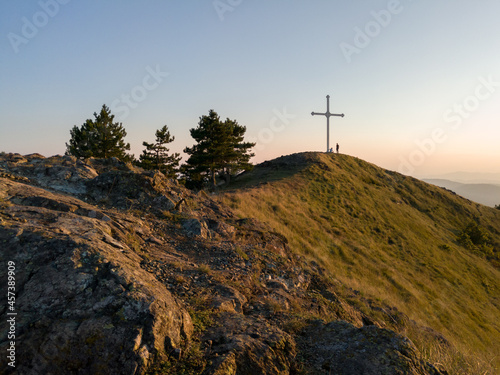 Fotografiet Large cross at the top of Gostilj on the mountain Ozren at evening