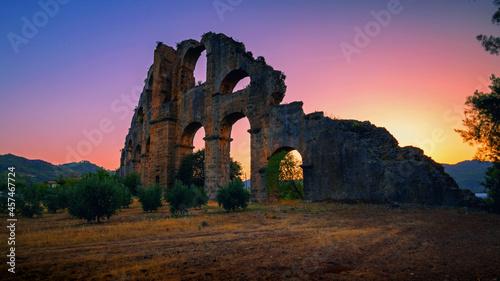 Foto Ruins of the ancient Roman aqueduct in Turkey