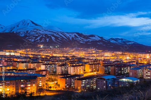 Photo トルコ エルズルムの丘から見える夜景と雪の積もったパランドケン山