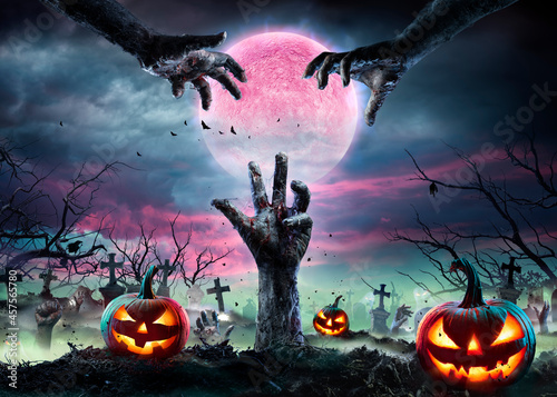 Foto Zombie Hands Rising Out Of A Graveyard With Full Moon And Halloween Pumpkins