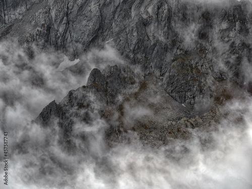 Photo Stormy alpine landscape in the Fagaras Mountains, Romania, Europe
