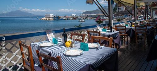 Canvastavla Ristorante sulla terrazza sul mar mediterraneo con vista sul vesuvio