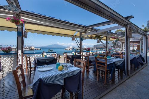 Fotografiet Ristorante sulla terrazza sul mar mediterraneo con vista sul vesuvio