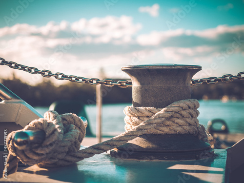 Foto Rope knotted around steel pole for securing the boat