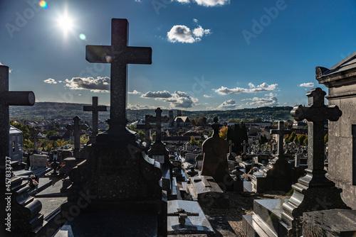 Canvas Print Vue dans un cimetière sous le soleil