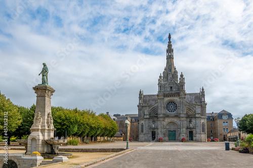 Fototapeta Vue extérieure de la basilique Sainte-Anne-d'Auray, sanctuaire et lieu de pèleri