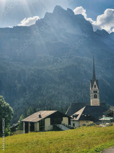 Iglesia con montaña de fondo Fototapet